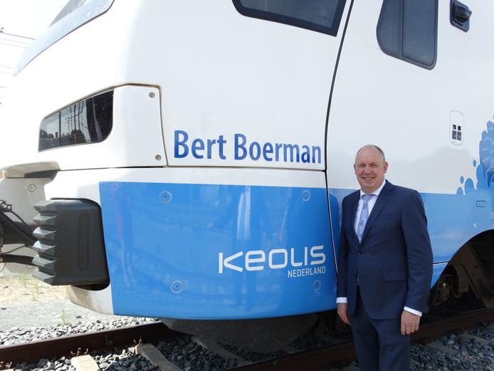 Gedeputeerde Bert Boerman naast de naar hem vernoemde trein van Keolis.