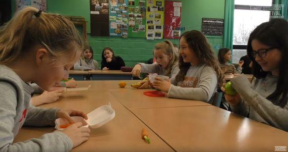 Een still uit de film 'Gezond alarm', waarin het belang van gezonde voeding in de kijker wordt gezet.
