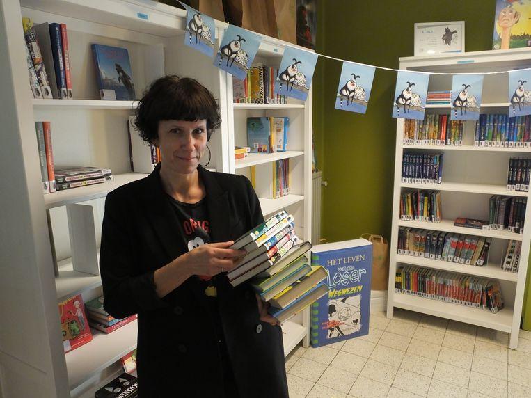 Ilka Van Hoogenbemt in de schoolbibliotheek van Klavertje 4.