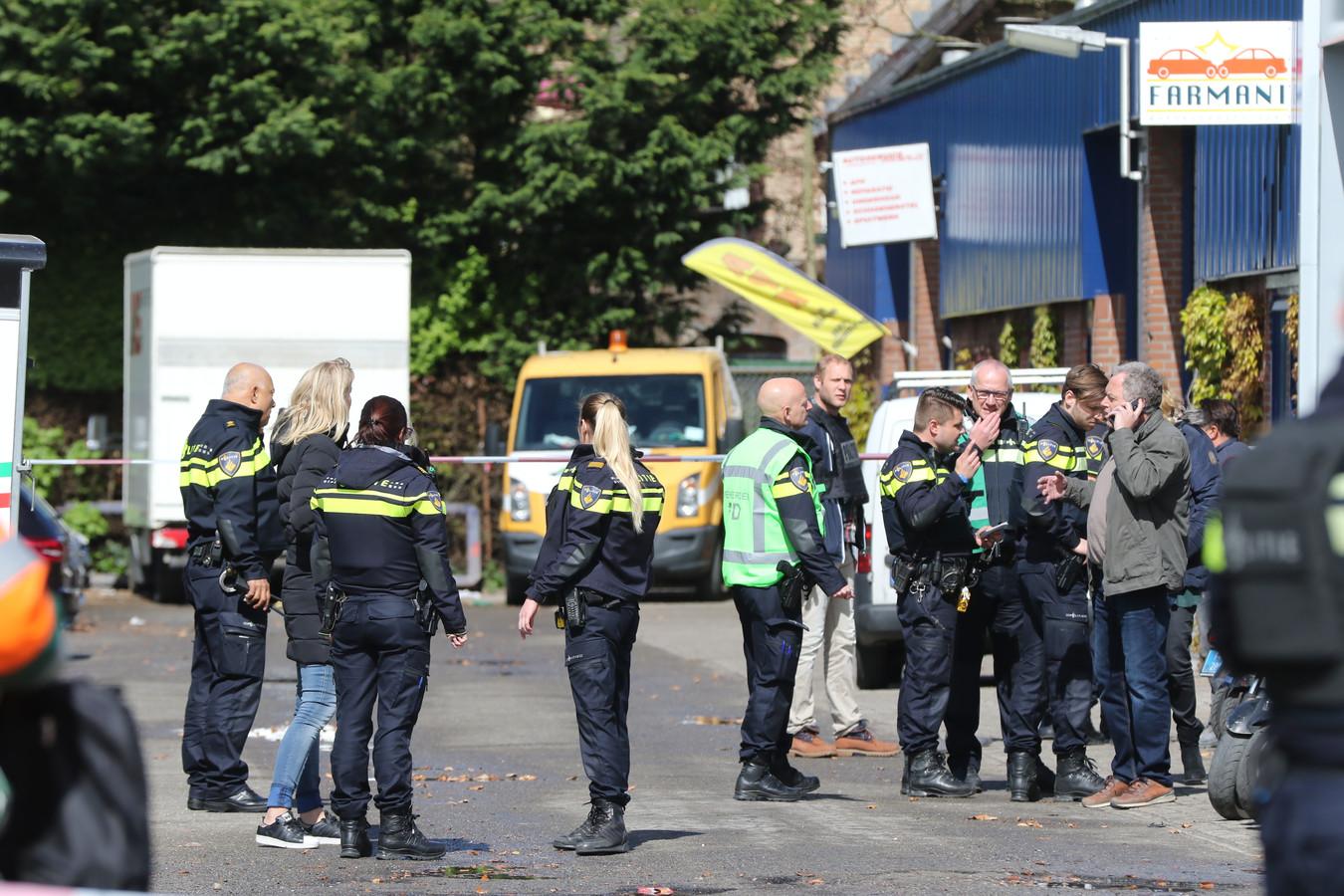 De politie doet onderzoek bij de plek waar de schoten werden gelost.
