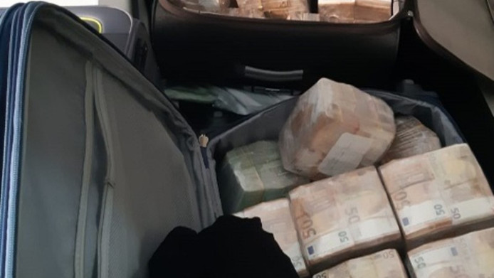 De politie heeft zeven verdachten gehouden in een groot drugsonderzoek waarbij ruim 12,8 miljoen euro aan cash is gevonden.