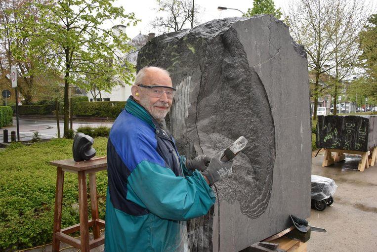 Beeldhouwer Fons Hapers werkt aan zijn kunstwerk.