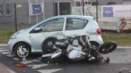 Video: Motorrijder (28) kritiek na dubbele klap tegen auto's