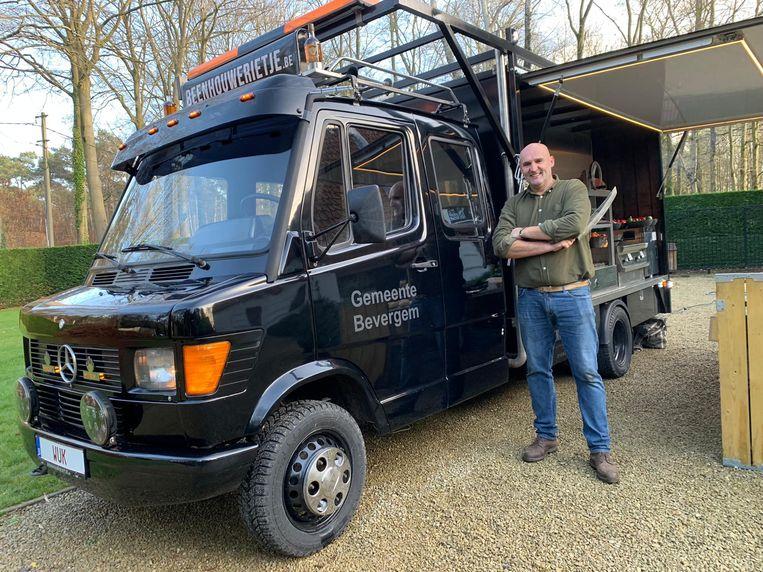 Karel Constandt aan de gerestaureerde Bevergem-truck.