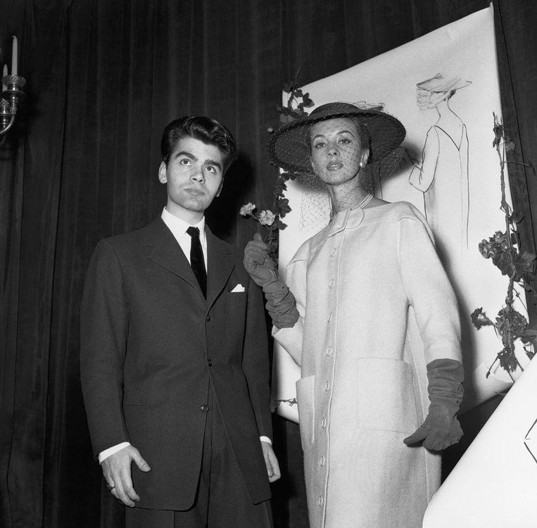 Lagerfeld (21) en de jas waarmee hij zijn eerste belangrijke modejob scoorde bij Pierre Balmain.