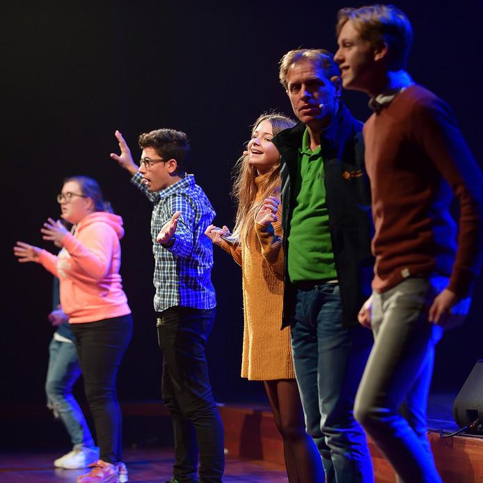 Reisleider van de voorstelling  is Stef Broos, 'Meneer Broos' in groene shirt, die als leerkracht met vijf leerlingen uit zijn klas op excursie gaat door de historie van Roosendaal en langs de evenementen van het afgelopen jaar.  Foto Pix4Profs/Peter van Trijen