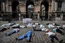Medewerkers van de Eerste Hulp-posten van de ziekenhuizen in het Franse Lyon houden een 'dood-lig'-actie voor het stadhuis in die plaats. Ze protesteren hiermee tegen hun slechte arbeidsomstandigheden. Foto Jeff Pachoud