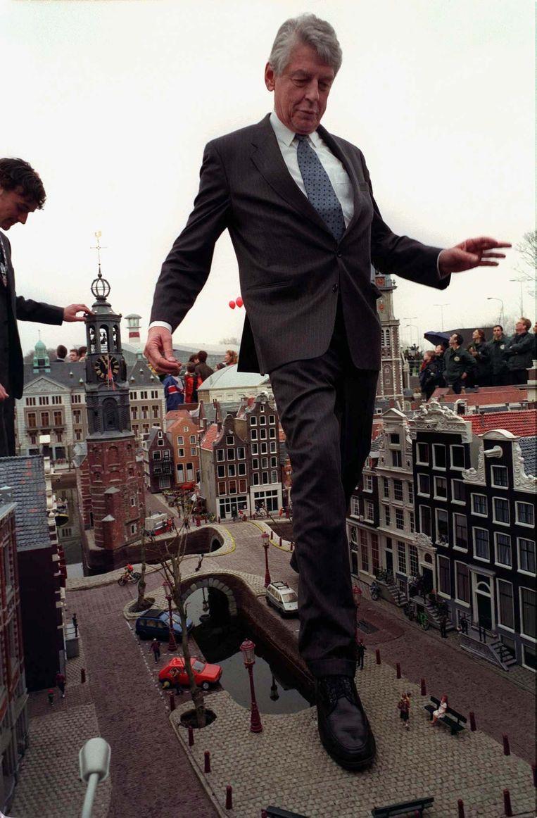 Wim Kok loopt door miniatuurstraten van Amsterdam tijdens de officiële jaarlijkse opening van het pretpark Madurodam in Den Haag. Beeld Reuters