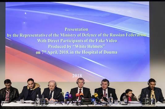De Russische ambassadeur in Nederland Alexander Sjoelgin tijdens de persconferentie, met tweede van rechts 11-jarige Hassan.