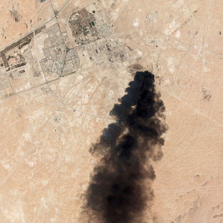 Op satellietbeelden was te zien hoe dikke pluimen zwarte rook opstijgen boven raffinaderij Abqaiq. Beeld AP