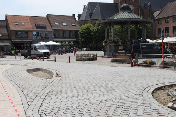 Het nieuwe kruispunt van Stationsstraat met Markt krijgt vorm. Links zie je de nieuwe route die fietsers zullen kunnen nemen, die vanuit de Lostraat komen en de Stationsstraat willen infietsen.