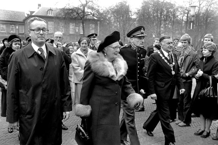 Bezoek koningin Juliana en prins Bernhard aan Breda. Rechts burgemeester Willem Merkx, rechts naast prins Bernhard mevrouw Merkx.