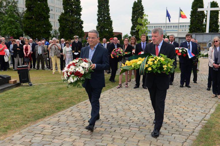 Ook burgemeester Louis Tobback (links) woonde de herdenking bij en legde bloemen neer.