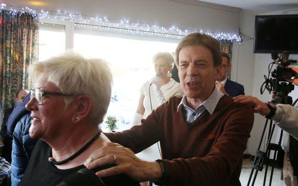 Waar Paul Severs kwam, was het feest. Hier op een foto een paar jaar geleden in café De Zuunbeek in Sint-Pieters-Leeuw waar hij mee een polonaise inzette tijdens de voorstelling van een single.