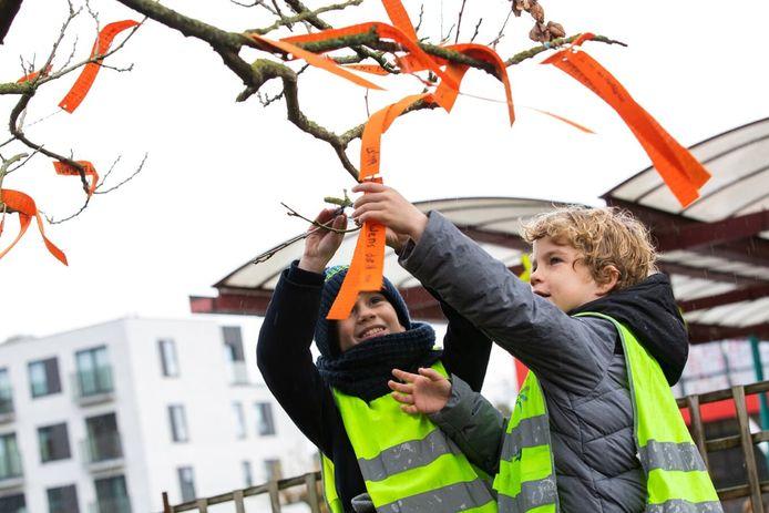 Kinderen konden deze week ook iets in de wensenboom hangen.