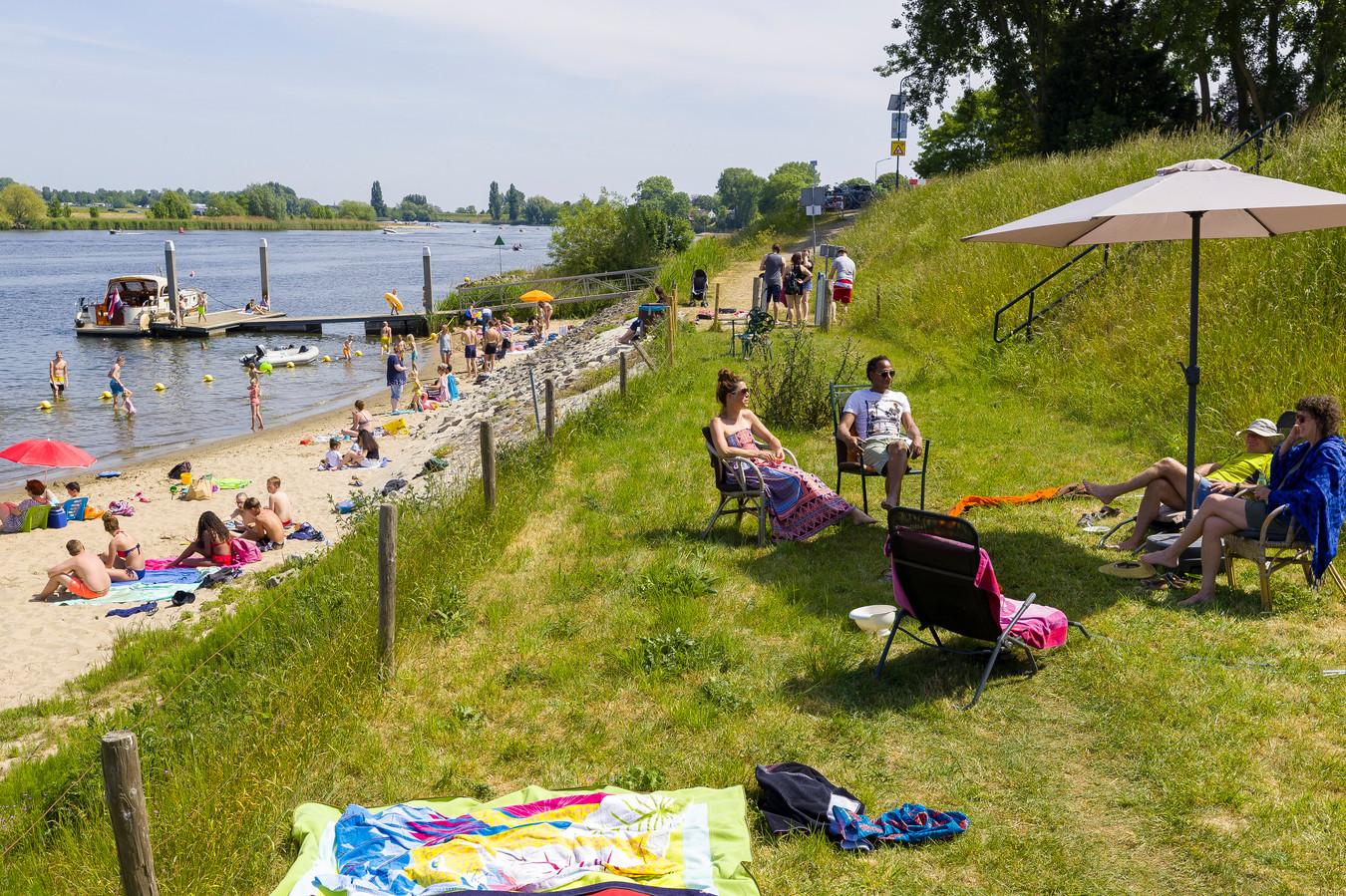Familie Annegarn op het gras bij het strandje aan de afgedamde Maas bij Andel.