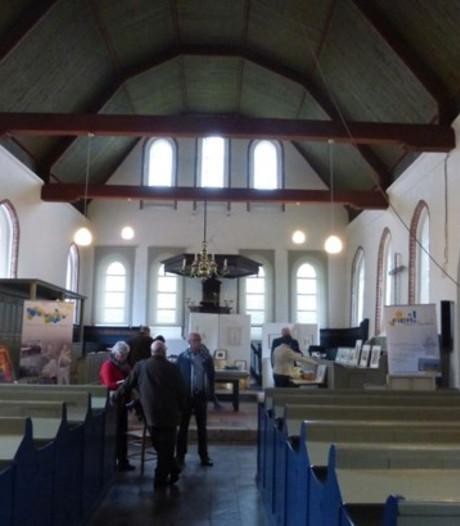 Eeuwenoude banken zitten kerk Kloosterzande in de weg