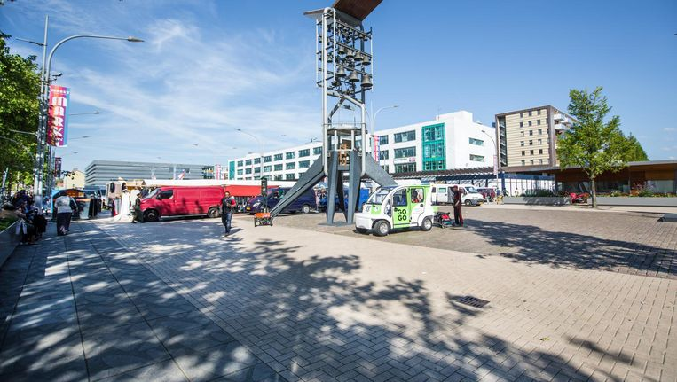 Baâdoud nam de Belgische staatssecretaris mee naar Plein 40-45. 'Ooit het afvalputje van Amsterdam, nu vol horeca, winkels en terrasjes.' Beeld Eva Plevier