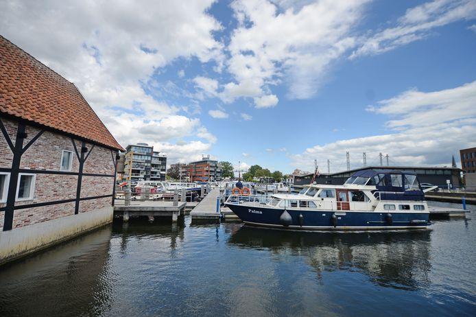 Jachthaven Almelo, met links De Houtstek. In deze voormalige houtzagerij zijn onder meer sanitaire voorzieningen en is het bureau van de havenmeester ondergebracht. FOTO ANNINA ROMITA