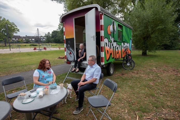 Ghita Hergarden (l), hier aan de praat met Martin Biemans, nam het initiatief voor het project FF Buurten in het park van de Achtse Barrier.
