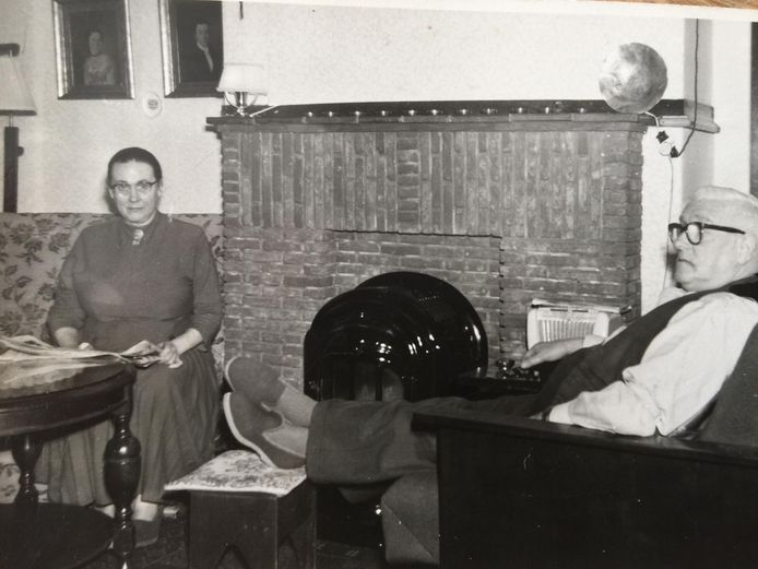 Oma en opa van den Berg in de huiskamer in de Herenstraat.