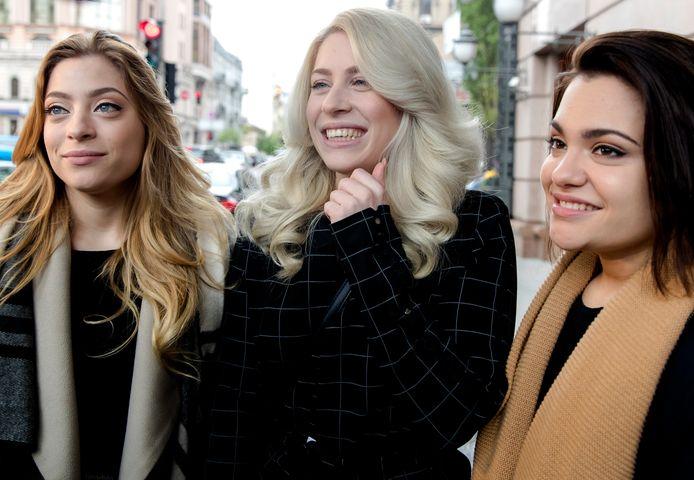 2017-05-13 10:27:27 KIEV - Amy, Lisa en Shelley van OG3NE staan pers te woord voordat ze de bus instappen om te vertrekken naar de finale van het Eurovisiesongfestival. ANP KIPPA SANDER KONING