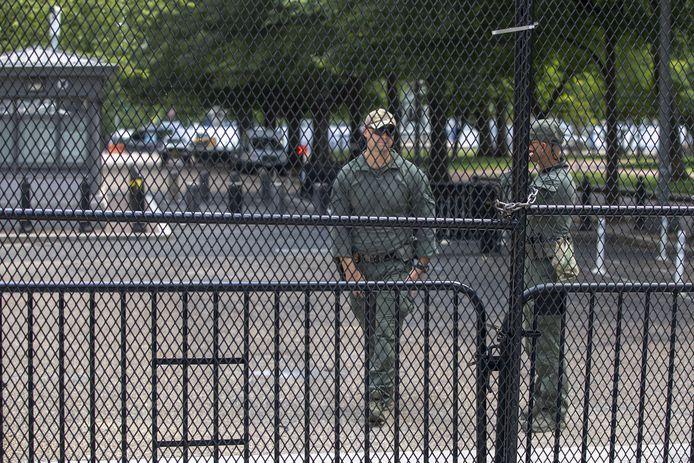 Stalen hekken op een betonnen voet moeten nu o.a. het President Andrew Jackson-standbeeld in Lafayette Park beschermen.