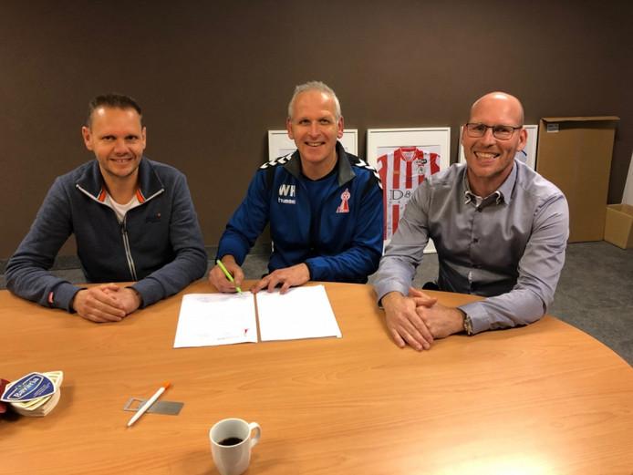 William Hoeymans (midden) verlengt zijn contract bij DOSL. Rechts voorzitter Alex van Balen.