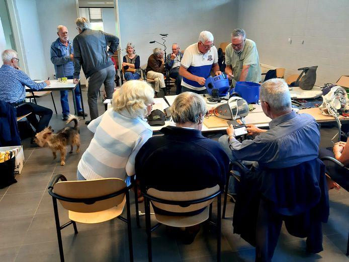 Het is druk op de eerste ochtend van het Repair Café Koudekerke