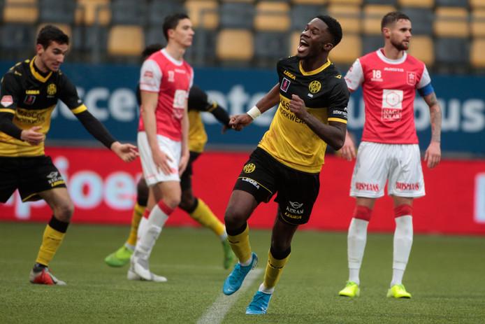 Ike Ugbo juicht na de late gelijkmaker van Roda JC.