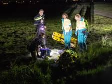 Fietser raakt verdwaald en rijdt in de sloot in Soester polder