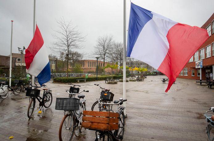 Gebroederlijk hangen de Franse en Nederlandse vlag naast elkaar op het schoolplein van het Ichthus College in Veenendaal.