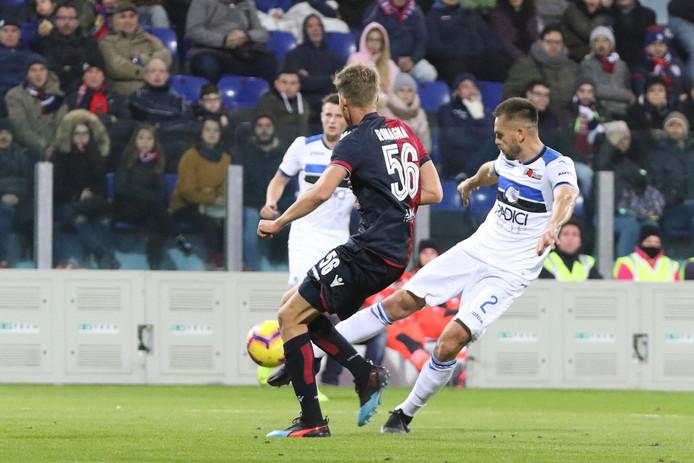 Atalanta-verdediger Rafael Toloi haalt uit tegen Cagliari.