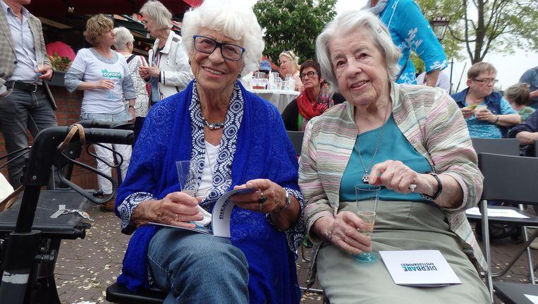 Modellen van de tentoonstelling: Linda Everts (l) en Cateautje Deketh. Beeld Schuim