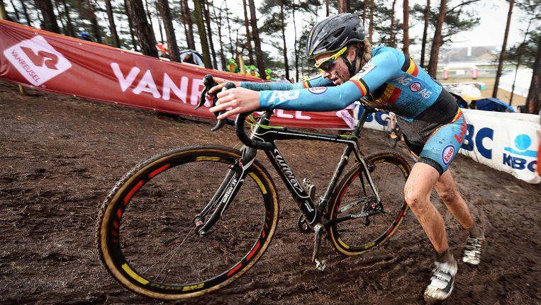 Femke Van den Driessche, zaterdag in actie bij het WK veldrijden in Zolder. In een van haar fietsen bleek een kleine motor te zijn verborgen. Beeld BELGA