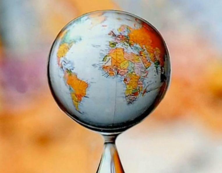 Een wereldkaart door een druppel bekeken