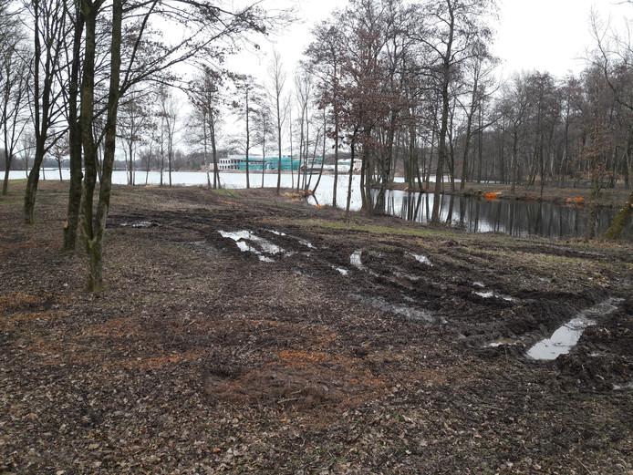 De locatie van het toekomstige naaktstrand aan de zuidoever van de Berendonck. Op de achtergrond op de oostoever het in aanbouw zijnde saunacomplex.