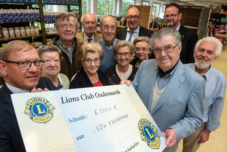Peter Ghys, voorzitter van Lions Club Oudenaarde, overhandigde de cheque aan Jean Vanderlinden, voorzitter van de vzw Kansarmen Oudenaarde
