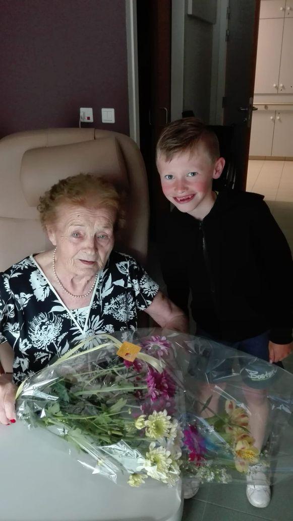 """Een leuke extra: Zico reed zijn overwinning voor zijn twee 'mémé's'. """"Mijn ene grootmoeder was dag op dag 2 jaar geleden overleden"""", zegt mama Barbara. """"Mijn andere mémé Leintje van 90 jaar hadden we al een eindje beloofd dat als Zico bloemen zou winnen bij een wedstrijd, ze voor haar waren. Deze wedstrijd was dus echt een beetje voor hén."""""""