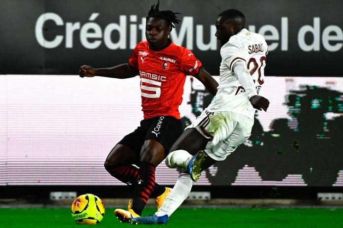Jérémy Doku à la lutte avec Youssouf Sabaly.