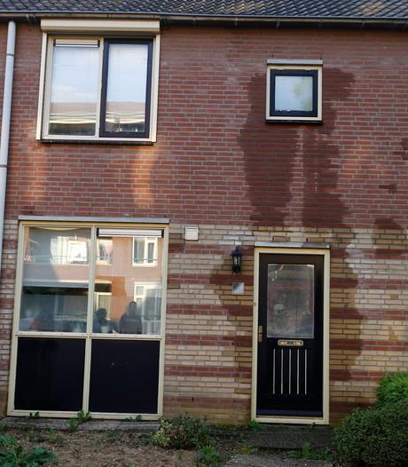 Water komt door muren heen bij woning in Cuijk