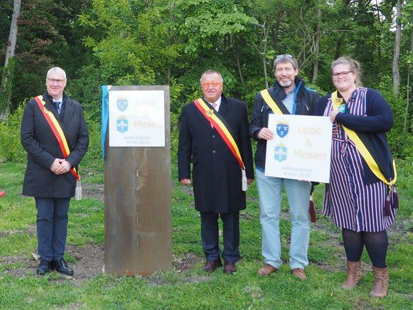 Beide gemeentebesturen onthulden samen een gedenkplaat naast het Vredesmonument in het park van Mesen.
