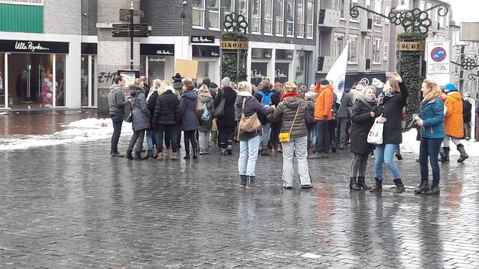 Leerkrachten verzamelen op de Grote Markt voor een demonstratie.