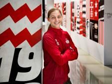 PSV-speelster Nouwen sloot in wedstrijdshirt aan bij fanparade: 'Ik dacht, doe eens gek'