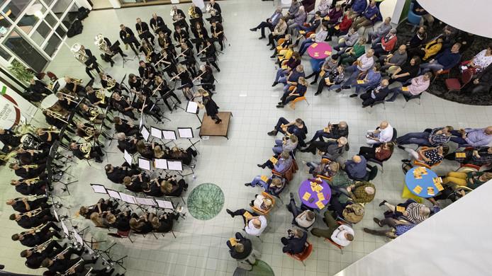 De activiteiten van de zeventig muzikanten waren niet aan dovemansoren besteed. De zaal zat goed vol.