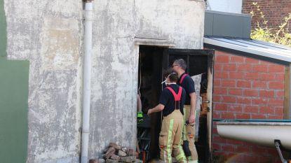 Achterdeur vat vuur nadat bewoner onkruid aan het verbranden was met roofingbrander