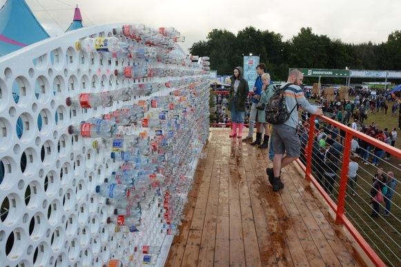 Coca Cola plaatste een grote installatie om lege flesjes in te zamelen.