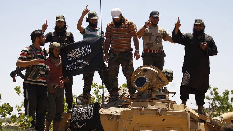 Strijders van Al Nusra poseren op een tank. Veel westerse Syriëgangers hebben zich bij Al Nusra aangesloten om te vechten tegen de Syrische president Assad. Beeld null