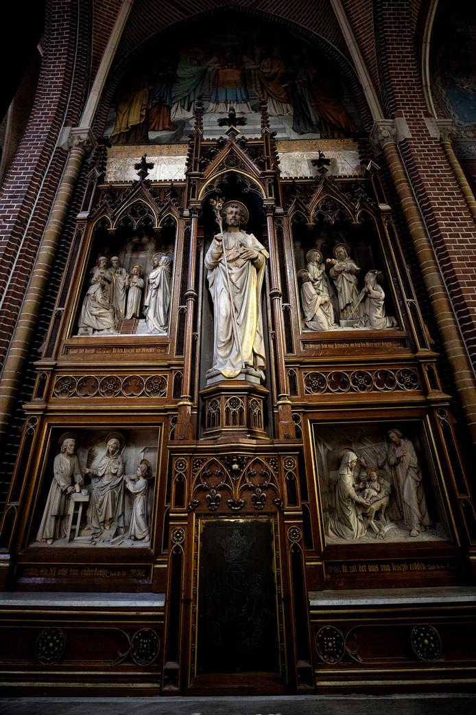 Kerkbanken en altaar zijn weg uit de Paterskerk, maar de preekstoel en deze beeldengroep zijn er nog wel.