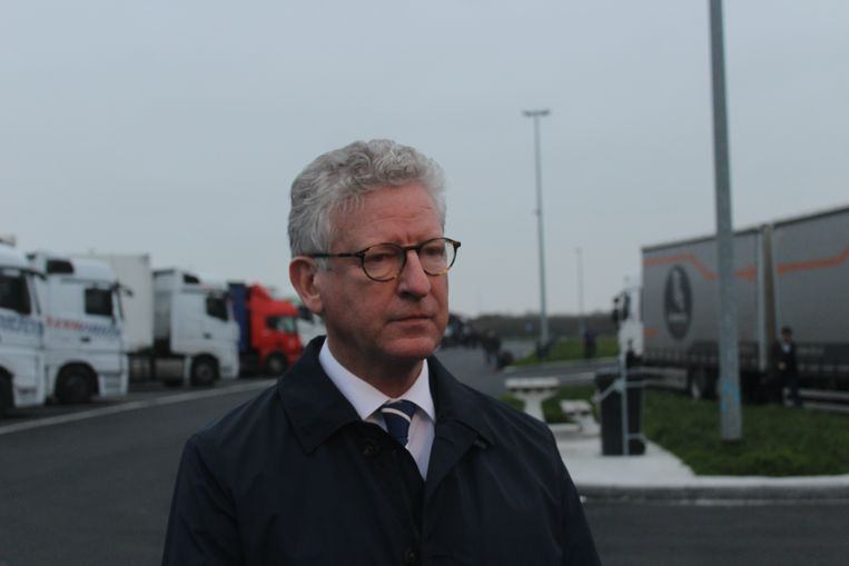 Minister van Binnenlandse Zaken Pieter De Crem (CD&V) op de snelwegparking in Westkerke.